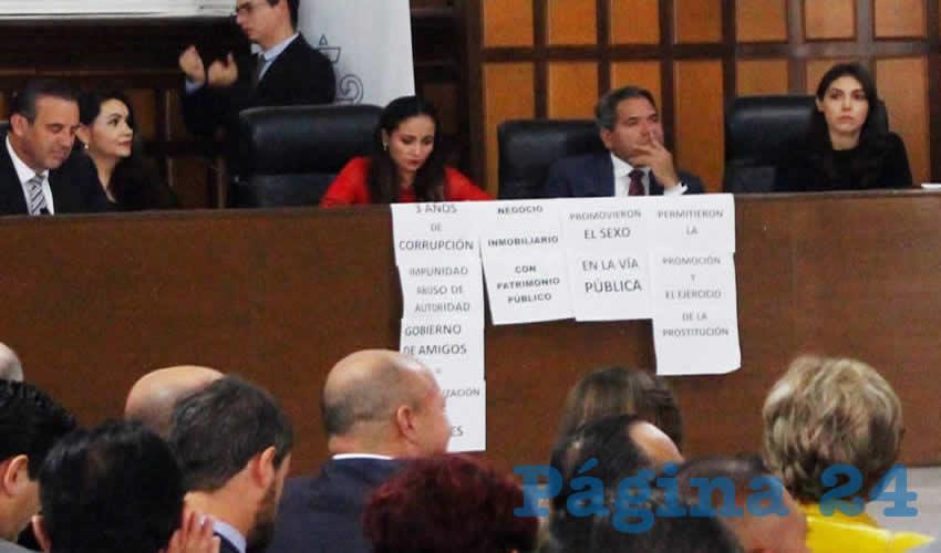 Durante el evento, la regidora priísta María de los Ángeles Arredondo Torres mostró una serie de carteles que acusaban manipulación en becas otorgadas a estudiantes; desdén en los suicidios de policías, así como asuntos no menores