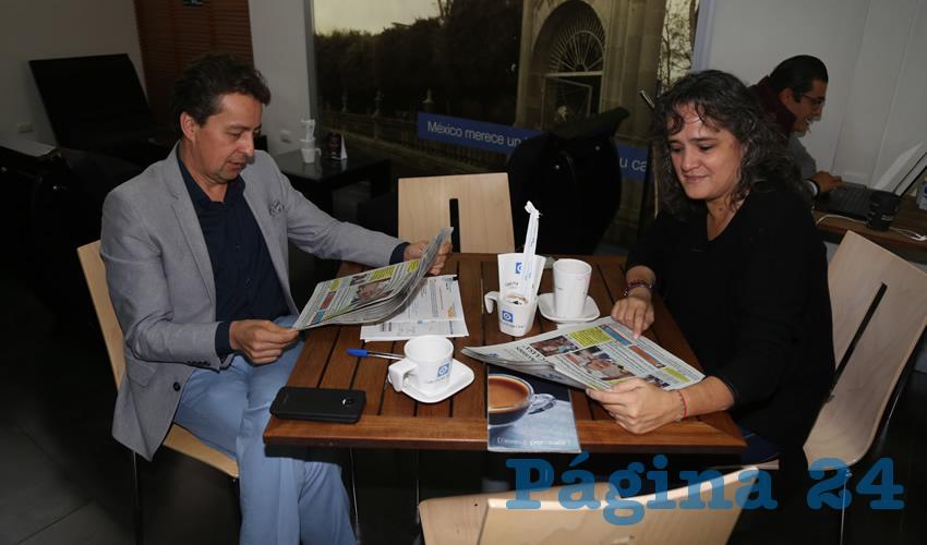 En Café Punta del Cielo departieron José de Jesús Altamira Acosta, titular de la Secretaría de Infraestructura y Comunicación (Sicom); y Angélica Urzúa Macías