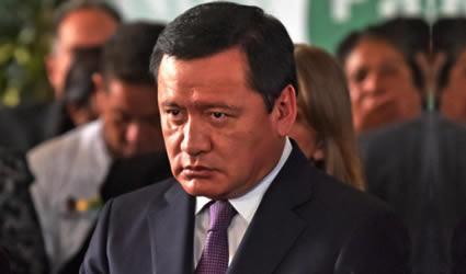 Osorio Chong Molesto Porque le Dieron un Bocadillo en un Vaso de Cartón