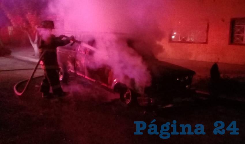 Desconocidos Incendian Camioneta en la Gremial