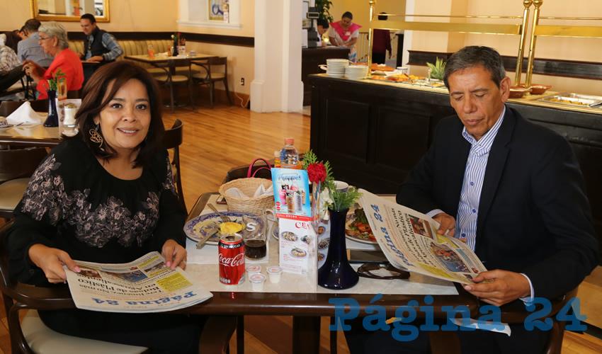 En Sanborns Francia desayunaron Elsa Amabel Landín Olivares, diputada local; e Isidoro Armendáriz García, delegado de la Sedatu