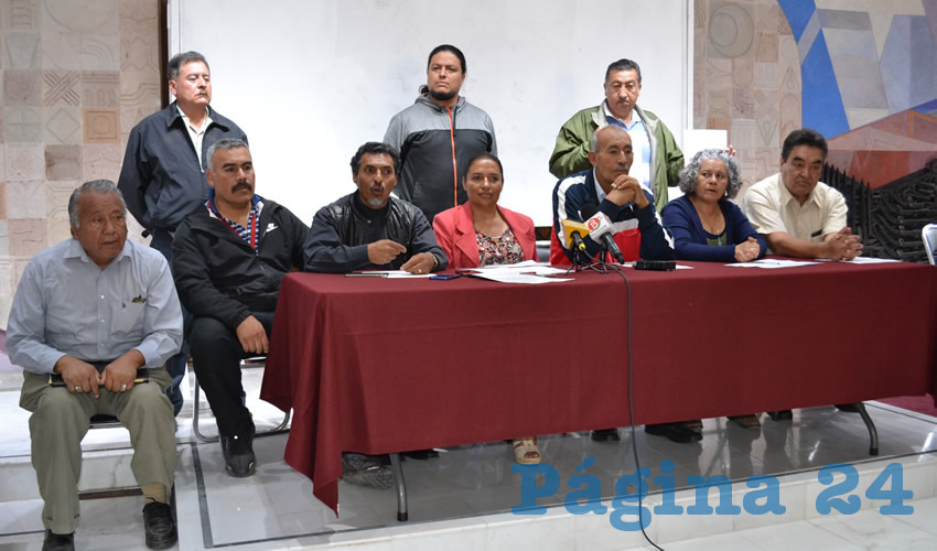 Integrantes del Movimiento Democrático Magisterial de Zacatecas (MDMZ) ofrecieron una rueda de prensa en el vestíbulo del Congreso del Estado (Foto Merari Martínez Castro)