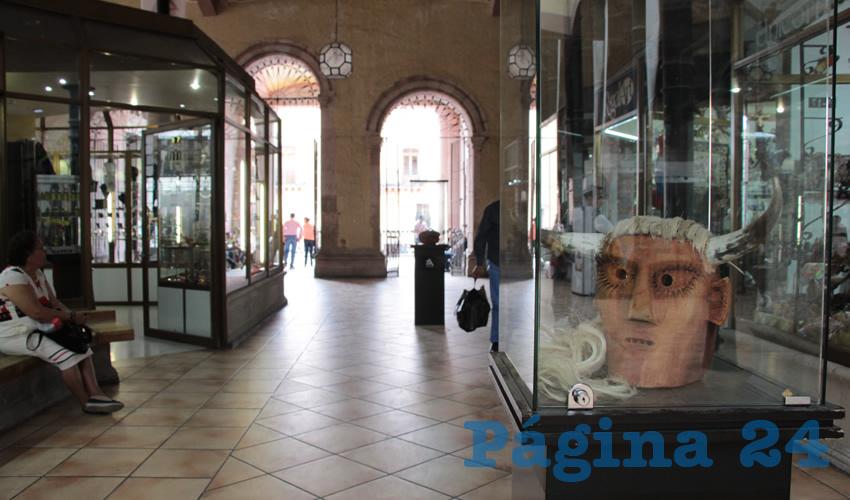 Exponen Artesanías en Pasillo del Mercado González Ortega