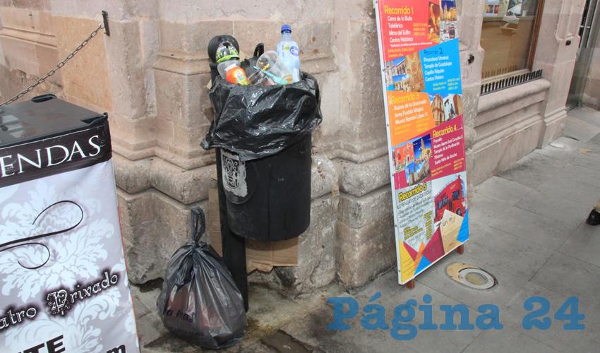 Sin importar el lugar, ya sea cerca de centros religiosos como la Catedral Basílica, u otros edificios emblemáticos, las basureras están al borde de desperdicios, que en ocasiones se esparcen por la calle, adornando las vialidades, lo cual da pésimo aspecto a la ciudad (Foto: Rocío Castro)