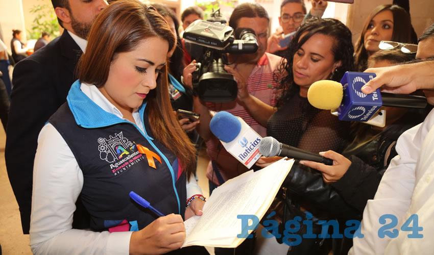 Reporteros entregaron una carta con sus firmas a la alcaldesa Tere Jiménez Esquivel (Foto: Eddylberto Luévano Santillán)