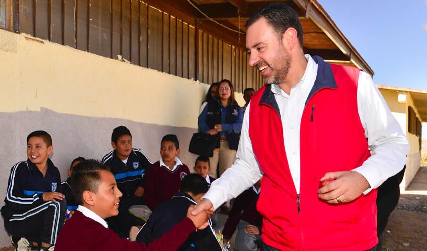 En gira por Pánuco y Villa de Cos entregó aulas, bardas perimetrales y otros arreglos a jardines de niños y primarias, con una inversión de 4.6 mdp