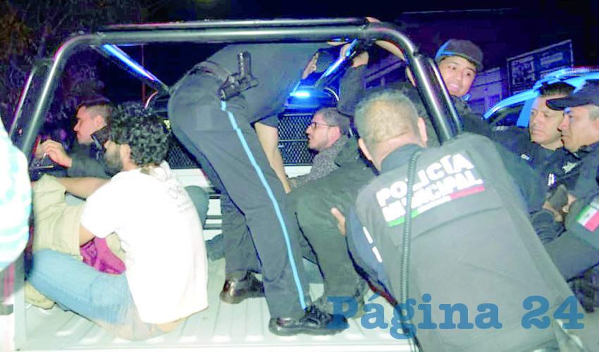 """Policías municipales al mando de """"Poncharelo"""" ...detuvieron a 20 activistas..."""