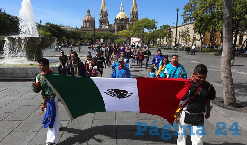Artesanos Urbanos de Guadalajara se manifestaron ayer en el palacio municipal tapatío para exigir que se instalen centros dignos para personas en situación de calle, algo que les permita salir de la pobreza que recrudece en el estado/Fotos: Cuartoscuro y Francisco Tapia