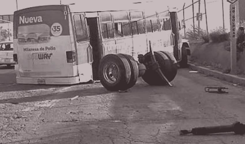 Así quedan: Nomás sopla el viento fuerte y los camiones ATUSOS solitos se desarman, vea usted