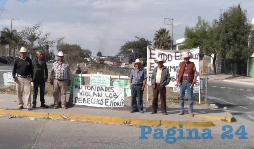 """En el sitio permanecen los ejidatarios afectados, quienes colocaron mantas y cartulinas con mensajes para Pablo Lemus y Enrique Alfaro, como: """"Autoridades violan los derechos ejidales"""" y """"Exigimos a Zapopan cumpla con la suspensión de juzgado federal"""""""