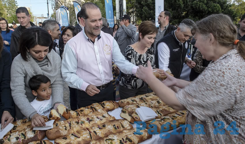 Según Protección Civil Estatal fueron casi ocho mil las que acudieron por su porción del tradicional pan y su leche (Foto: Eddylberto Luévano Santillán)