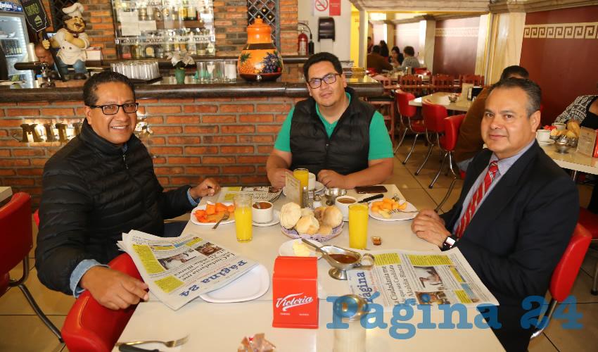 En el restaurante Mitla desayunaron Lino Román Quiroz, juez de Distrito; Víctor Cisneros Castillo, secretario de Tribunal Colegiado; y Alfonso Román Quiroz, magistrado de la Sala Administrativa