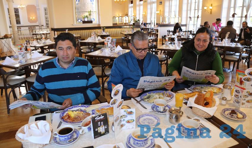 En Sanborns Francia almorzaron Miguel Ángel Huizar, Carlos Rentería Castillo y Marisol Navarro Hernández, arquitecta