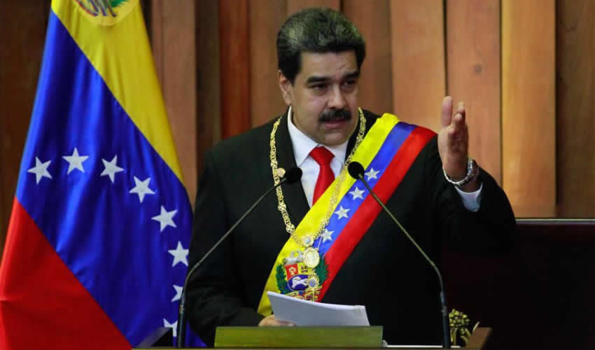 Caracas, Venezuela.- El presidente de Venezuela, Nicolás Maduro, sostiene el acta durante la ceremonia de juramentación como presidente de Venezuela (Foto: Andrea Romero/Xinhua)