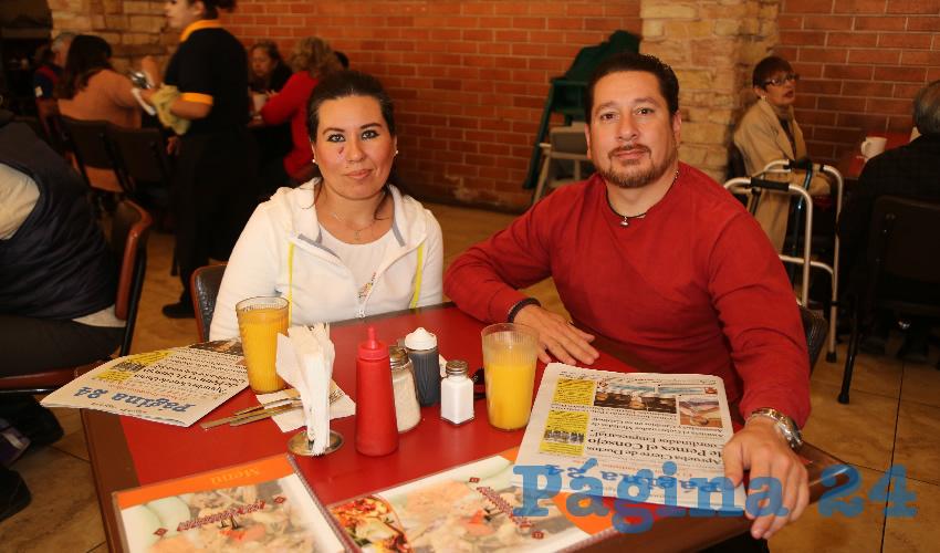 En el restaurante Mitla compartieron el primer alimento de la mañana José Franco Toscano, coordinador de Protección Civil Municipal; y Juan Refugio Sánchez Moreno, comandante de Bomberos