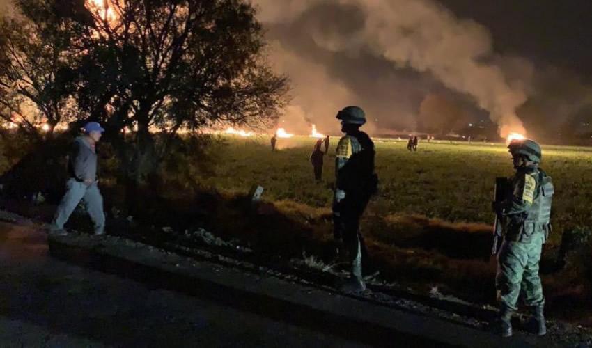 Tlahuelilpan, Hidalgo.- A pesar de la presencia militar, la multitud logró introducir vehículos en los que cargaban los bidones de combustible (Fotos: Especial)