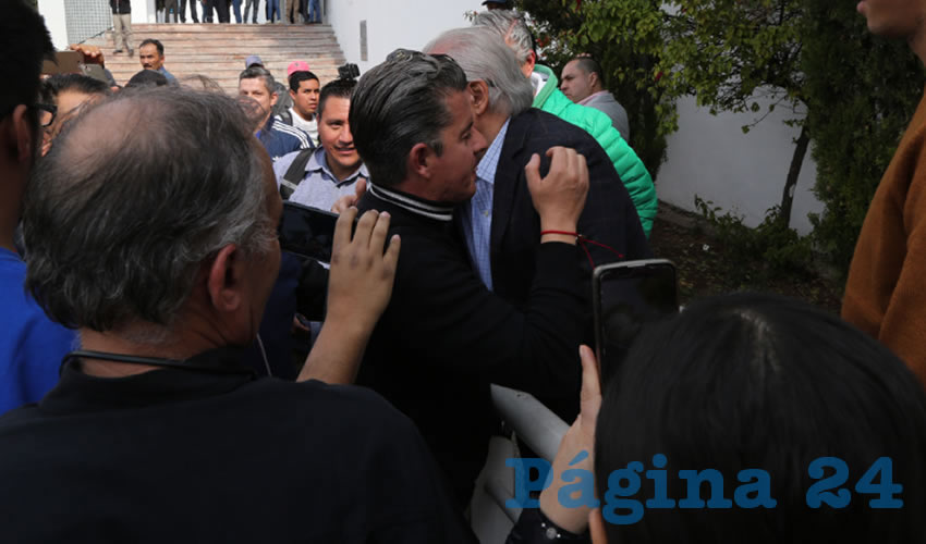 """Agustín Morales abraza a José Luis ...""""hijo de mi vida creí que te fusilarían""""..."""