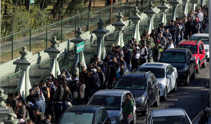 Ciudad de México.- Cientos de personas continúan acudiendo al módulo de atención en el Campo Militar no. 1 para ser contratados como conductores de pipas de hidrocarburos (Foto: Galo Cañas/Cuartoscuro)