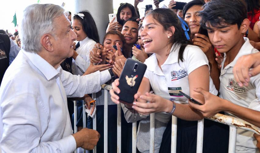 Iguala, Guerrero.- El presidente Andrés Manuel López Obrador entregó apoyos a jóvenes y madres (Foto: Gobierno de la República)