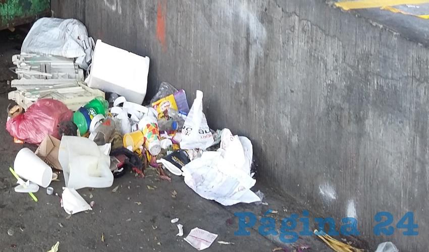 No importa que en los alrededores de la transitada zona se encuentre una Cruz Verde, una recaudadora municipal y un museo del niño; los residuos a lo largo de avenida 5 de Febrero son una constante del descuido/Fotos: Francisco Tapia