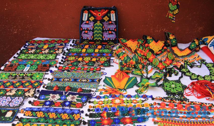 Los artesanos, presentan en sus mesas y espacios semifijos, las formas en que se adapta el comercio y la forma de ver el mundo de su cultura y tradiciones (Foto: Rocío Castro Alvarado)
