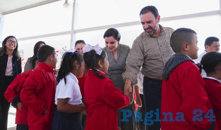Entrega Alejandro Tello jardín de niños para familias de El Salvador