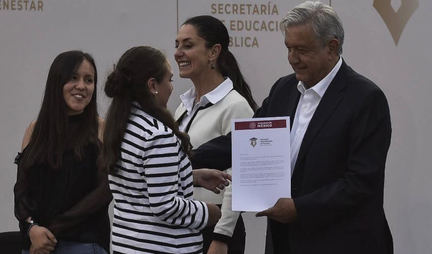 """""""Sin Beca no Hubiera Podido Estudiar"""": AMLO  en Tlatelolco al Entregar becas Universitarias"""