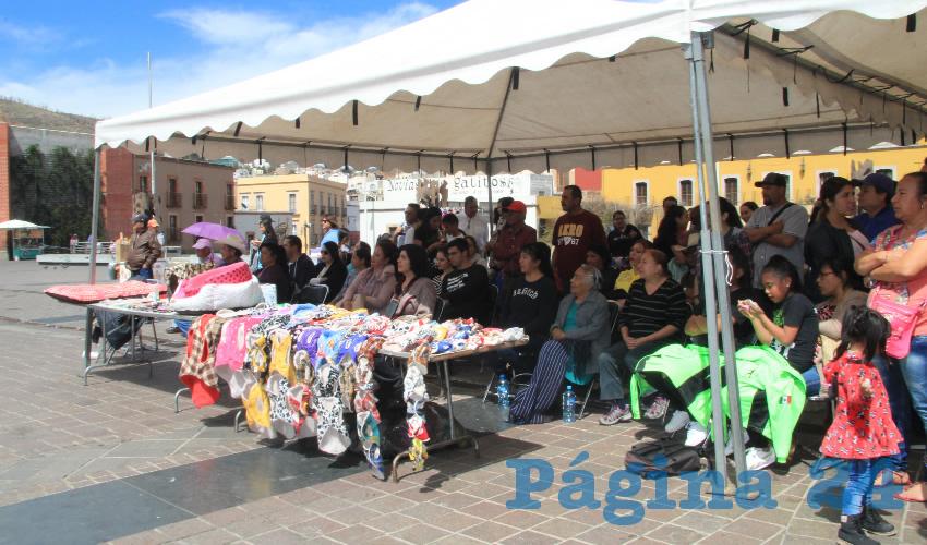 También los asistentes pudieron disfrutar de exposiciones caninas, bailes, música en vivo, cuenta cuentos y conferencias, además de comprar ropa y accesorios para mascotas (Foto Rocío Castro Alvarado)