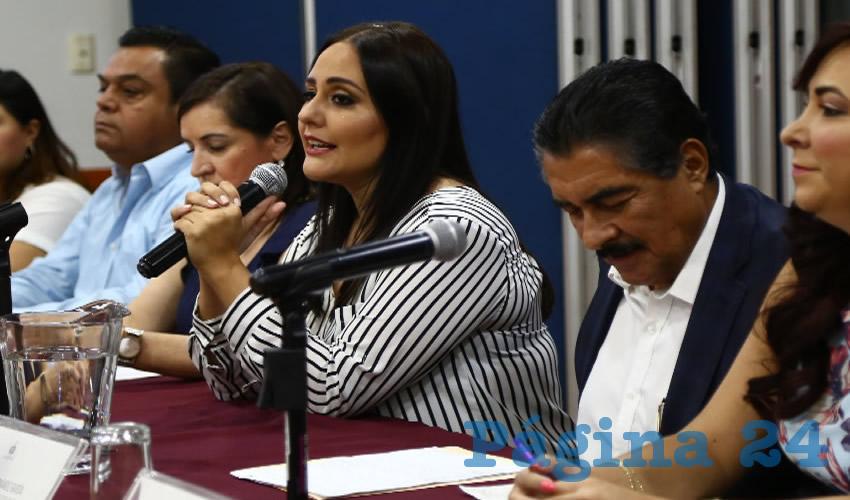 """""""No queremos que sea una deuda a 25 años, no queremos que el estado se endeude los próximos cinco sexenios y que no se financien los 19 mil millones de pesos porque eso crecería muchísimo los intereses, y que sean 10 mil para que se vayan a las deudas más antiguas que tiene el estado"""", explicó la diputada Mariana Fernández/Fotos: Francisco Tapia"""