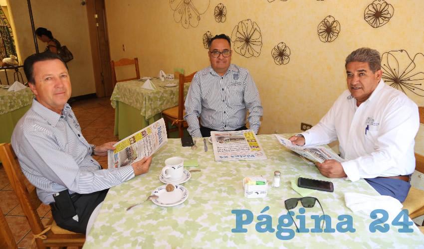 Raúl Silva Perezchica, director general del Instituto de Educación de Aguascalientes; Gustavo Martínez Romero y Juan Antonio Arroyo Rodríguez desayunaron en el restaurante La Estación