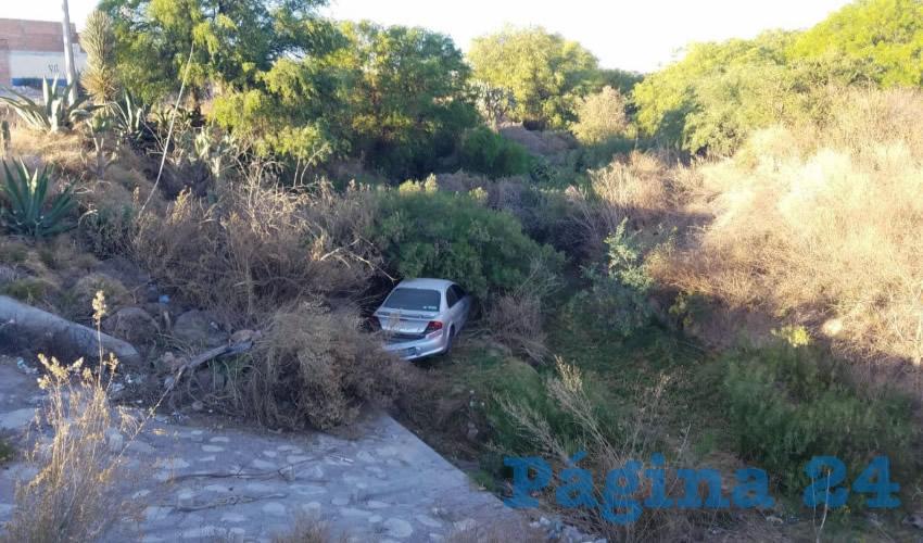 Cae Auto al Lecho de un Arroyo