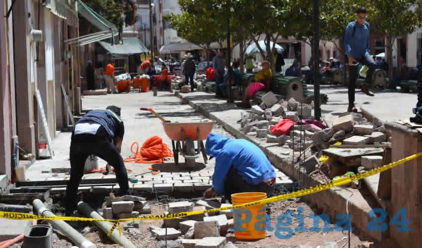 Principalmente en el circuito de los trabajos que se realizan en la calle Aldama es donde los peatones tienen que hacer malabares para cruzar este punto para llegar a su destino (Foto Merari Martínez)