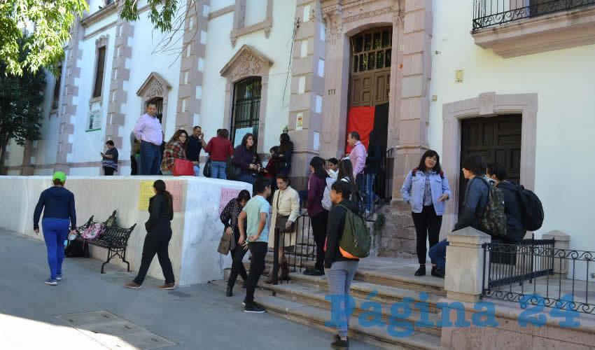 """""""Respeto y trato digno. Pago puntual. Exigimos seguridad social"""", fueron los mensajes que colocaron en pancartas junto a la bandera rojinegra (Foto Merari Martínez)"""
