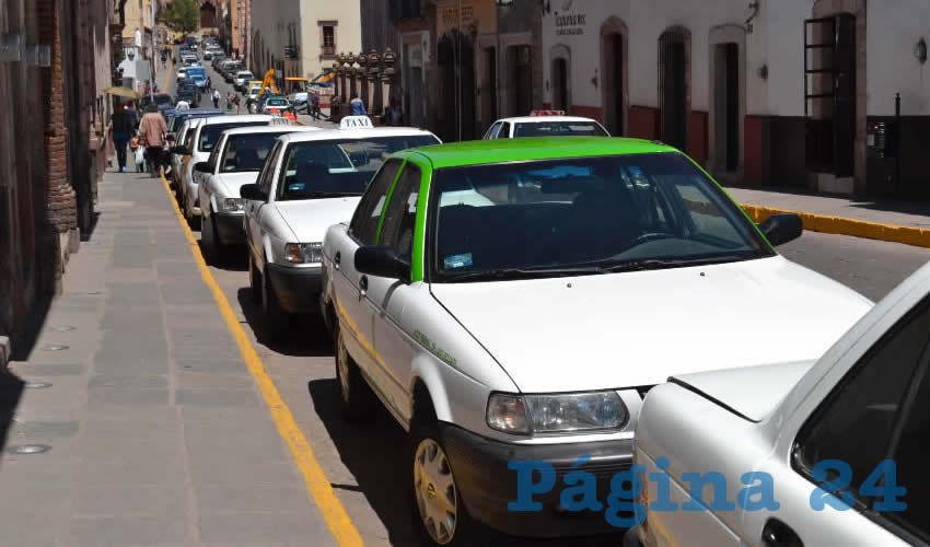 Un grupo perteneciente al Movimiento Nacional de Taxistas delegación Zacatecas se congregó cerca del perímetro ferial para manifestarse ante la falta de regulación del servicio privado que ofrece la plataforma digital de Uber en la entidad (Foto Merari Martínez)