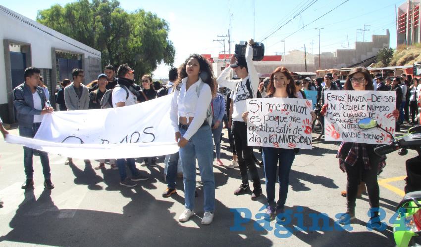 Cientos de estudiantes de la Universidad Autónoma de Zacatecas (UAZ) salieron a las calles a realizar una marcha pacífica en protesta por el asesinato Nayeli Noemí, de 22 años, acontecido la tarde del pasado miércoles en las instalaciones de la Unidad Académica de Derecho (Fotos Rocío Castro y Merari Martínez)