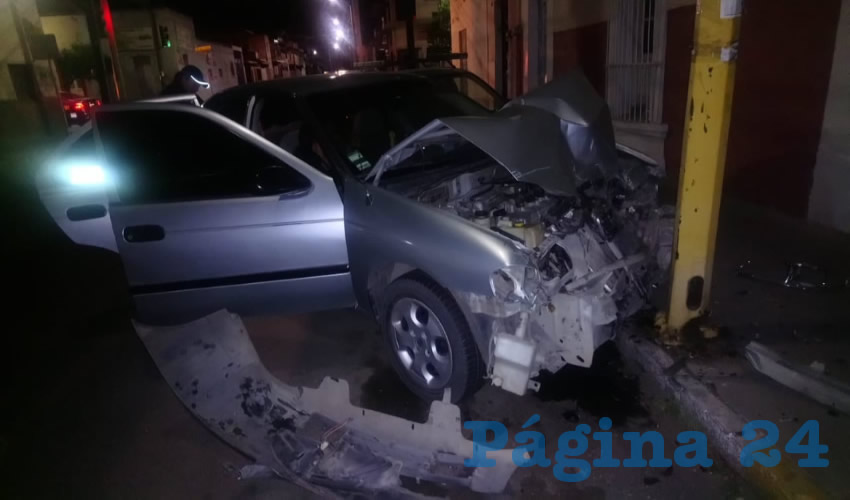 David Maciel Espinoza Campos estampó su auto contra dos vehículos estacionados y un poste de alumbrado