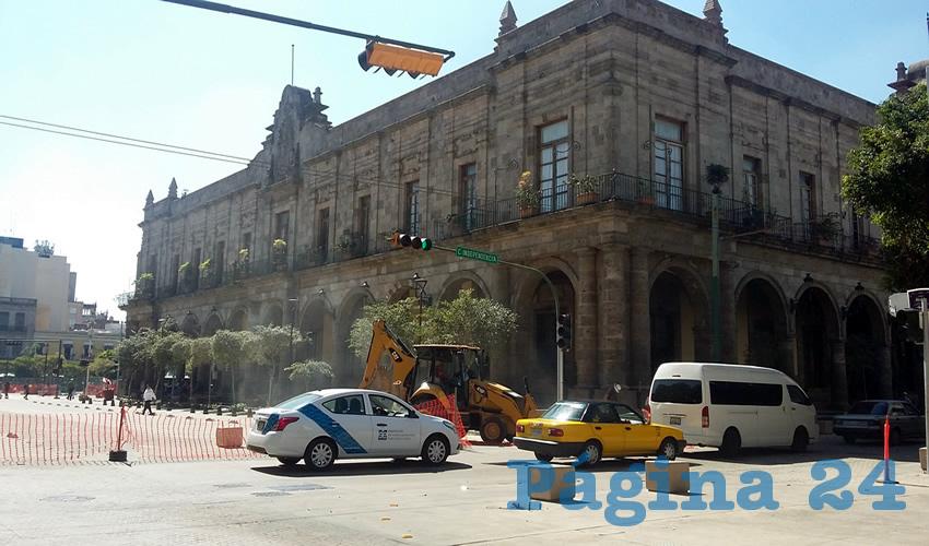 Por avenida Alcalde, o lo que está abierto de ella, los ladrones en motocicleta siguen haciendo de las suyas; el problema se extiende a calles aledañas como Garibaldi y Reforma/Foto: Archivo Página 24