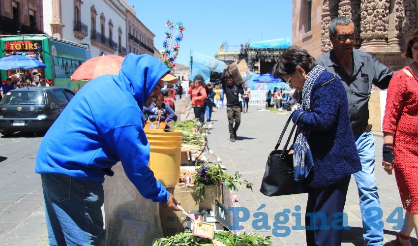 En las calles, plazas y mercados los comerciantes de estos ramos aprovecharon para vender distintos adornos que los católicos adquieren en estas fechas para ser participes en las celebraciones religiosas (Foto Rocío Castro Alvarado)