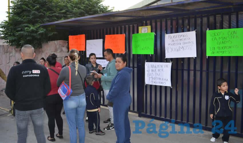 Padres de familia tomaron el Jardín de Niños Rosaura Zapata y la escuela primaria federal Benito Juárez de la capital (Foto Merari Martínez)
