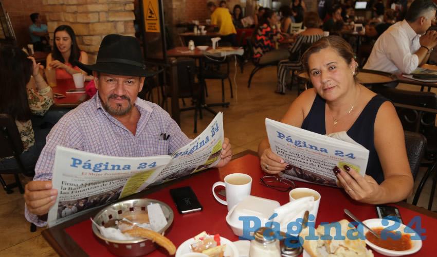 Cecilio Ávila García, dirigente estatal de la Central Independiente de Obreros Agrícolas y Campesinos (CIOAC), y Laura de Anda Martínez desayunaron en el restaurante Las Antorchas