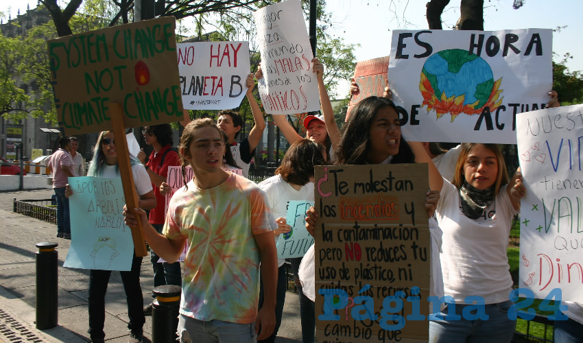Jóvenes se manifestaron este viernes afuera del Congreso del Estado, exigieron prevenir y castigar los incendios forestales e implementar acciones de fondo para combatir el cambio climático/Foto: Francisco Tapia