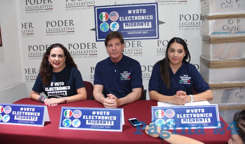 En conferencia de prensa, los diputados migrantes Lizbeth Ana María Márquez Álvarez y Felipe de Jesús Delgado de la Torre, señalaron que presentaron un exhorto al Instituto Nacional Electoral (INE) para que sea una realidad el voto electrónico (Foto Rocío Castro Alvarado)