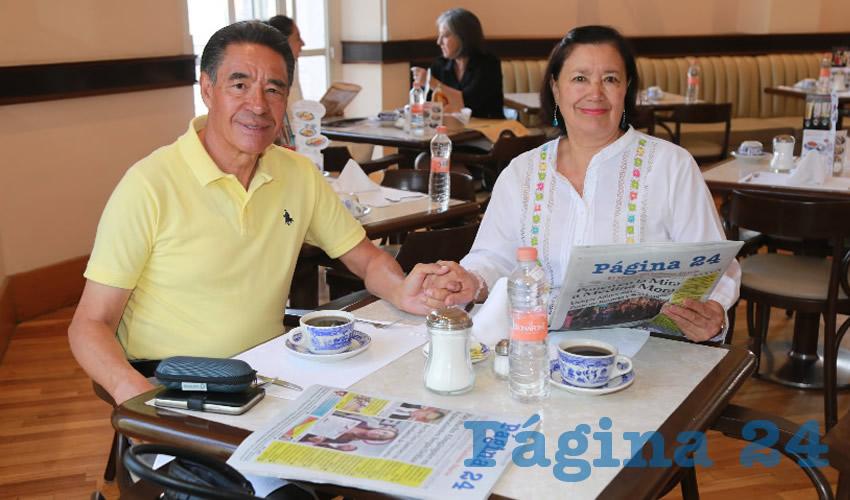 En Sanborns Francia compartieron el pan y la sal José Escobedo Coronado y Rosa María Chávez de Escobedo