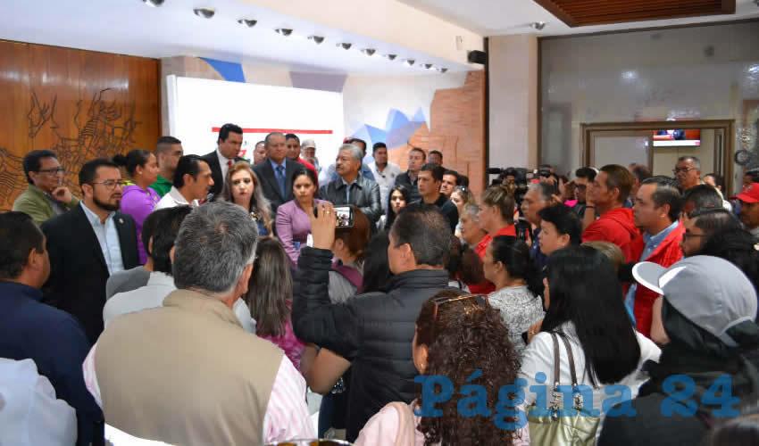 Alrededor de 50 derechohabientes y trabajadores del Instituto de Seguridad y Servicios Sociales de los Trabajadores del Estado de Zacatecas (Issstezac) se dieron cita en el vestíbulo del Congreso del Estado (Foto Merari Martínez Castro)