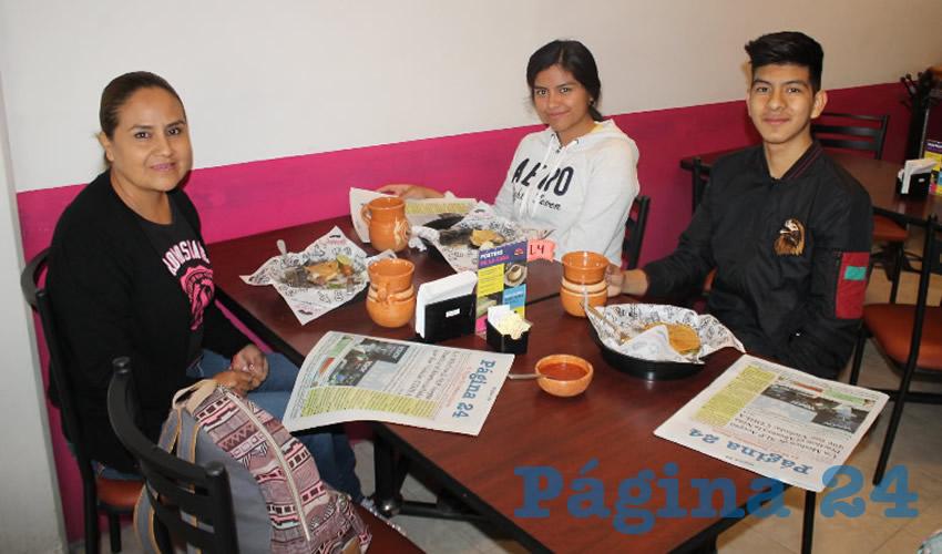 En el restaurante La Madero desayunaron la maestra Enedina Rodríguez, Karla Ruby Contreras Rodríguez y Francisco Hernández Sánchez