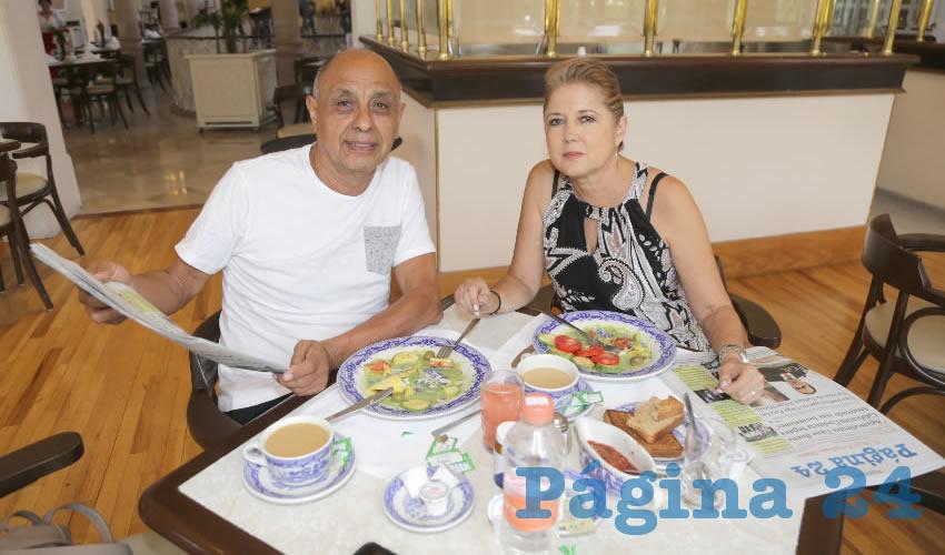 En Sanborns Francia almorzaron Francisco Montelongo Fuentes y Laura Macouzet