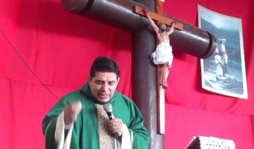 Francisco Javier Bautista, dando la homolia durante una misa católica (Foto: Cortesía)