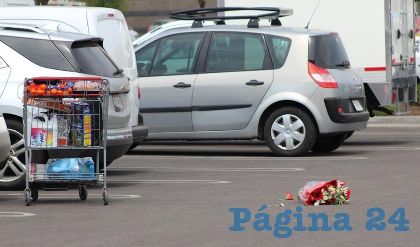El carrito de compras y el ramo de flores que llevaban Eliseo Díaz y Víctor Arenas antes de ser acribillados