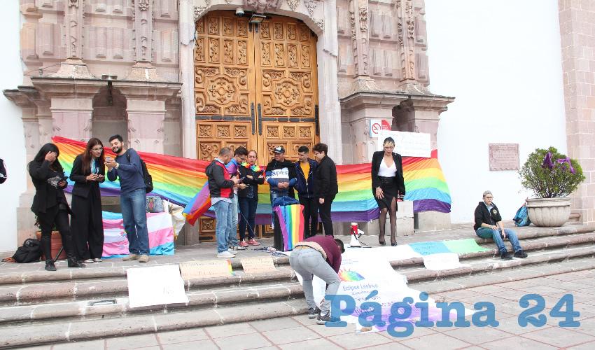 Colocaron una bandera arcoíris, característica de este movimiento, en la entrada del Congreso del Estado