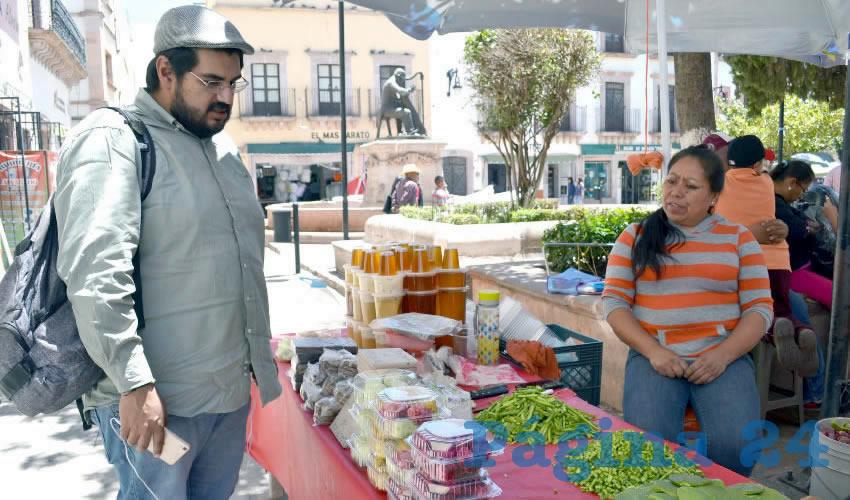 Este manjar de la temporada, como lo nombran los comerciantes, se ofrece en puestos semifijos que se colocan principalmente en el Mercado Genaro Codina, mejor conocido como El Laberinto, así como en la Calle Tacuba (Foto Merari Martínez Castro)